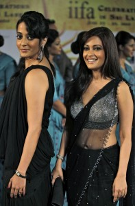 71dvbk4sklipwtnz.D.0.Riya-Sen-and-Raima-Sen-pose-for-a-picture-on-the-green-carpet-for-the-IIFA-awards-in-Colombo