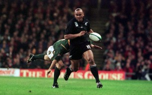All Black Jonah Lomu slips a South African tackle