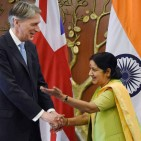 external-affairs-minister-sushma-swaraj-shakes-hands-with-british-foreign-secretary-philip-hammond-14262278347211