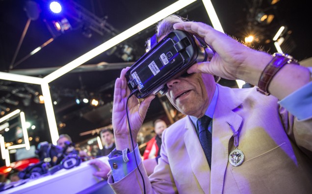 Lord March tries Virtual reality goggles in the FoS Future lab, FoS 2017